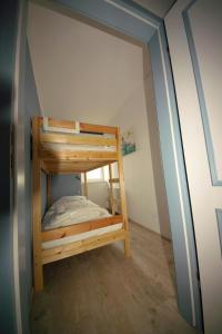 A bunk bed or bunk beds in a room at Ferienwohnung Kiefhuck