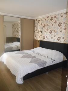 Een bed of bedden in een kamer bij HOLLYWOOD12