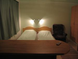 Vuode tai vuoteita majoituspaikassa Asuntohotelli Huvikumpu