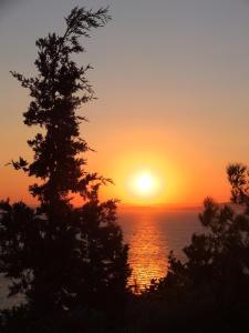 Matahari terbit atau terbenam yang terlihat dari apartemen