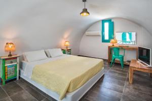 Een bed of bedden in een kamer bij Nissia Beach Apartments & Suites