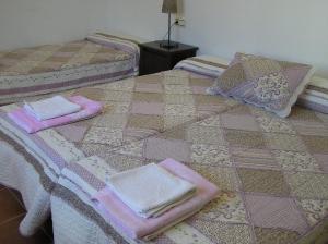 A bed or beds in a room at Alojamiento Rural El Chaparral