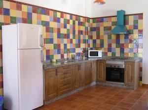 A kitchen or kitchenette at Alojamiento Rural El Chaparral