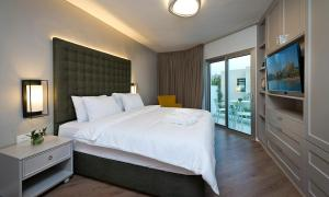 A bed or beds in a room at Villa Gardenya