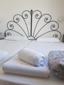 Ein Bett oder Betten in einem Zimmer der Unterkunft Latchi Studio Apartment
