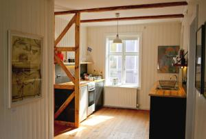 A kitchen or kitchenette at House of the Snowbird
