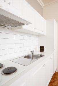 A kitchen or kitchenette at Majestic Tynte Street Apartments