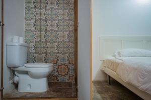 A bathroom at Lucia 182