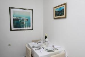 A restaurant or other place to eat at Apartment Old Town Manosa