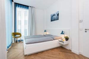 A bed or beds in a room at SMARTments business Berlin City West