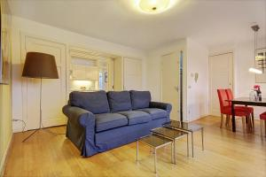 A seating area at Canal View Apartment
