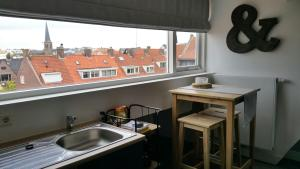 A kitchen or kitchenette at No.8