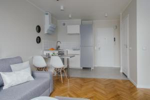 A kitchen or kitchenette at ShortStayPoland Grzybowska (B29)