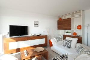 A television and/or entertainment centre at De Haan - Apartment Silverbeach