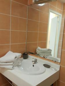 A bathroom at Hotel-appart Les Manguiers