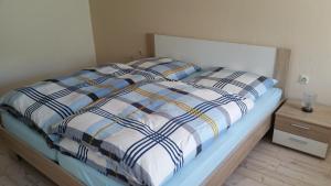 """Ein Bett oder Betten in einem Zimmer der Unterkunft Ferienwohnung """"Am Weinberg"""""""