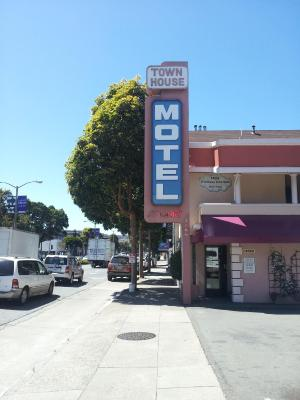 Town House Motel (汤豪斯汽车旅馆)