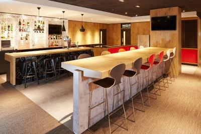 The lounge or bar area at ibis London Thurrock M25