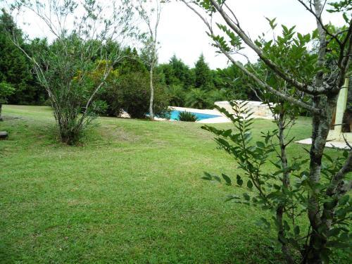 A garden outside Chacara Primavera Motta