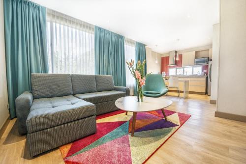 A seating area at Apartamentos Plaza Suites