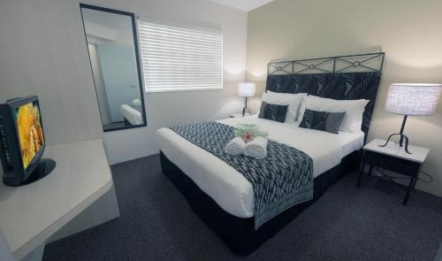A bed or beds in a room at Inn Cairns