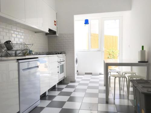 A kitchen or kitchenette at Lemon Tree Apartments