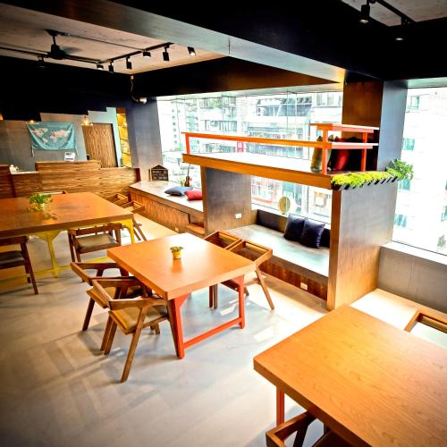A restaurant or other place to eat at Homey Hostel Taipei Main Station