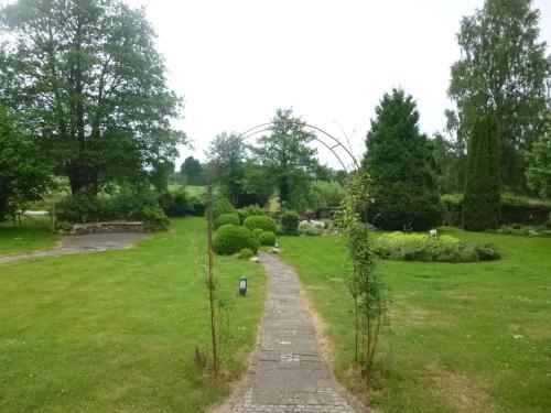 Ein Garten an der Unterkunft Ferienhaus am Wald