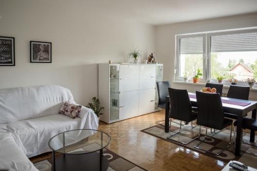 Uma área de estar em Apartment Dawn