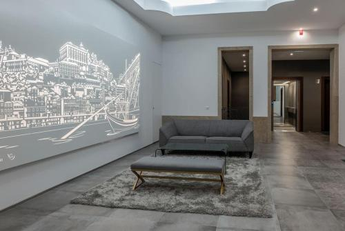 A seating area at Stylish Duplex Downtown Apartment