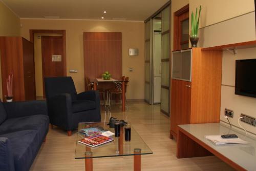 A seating area at Suites Aragó 565 - Abapart