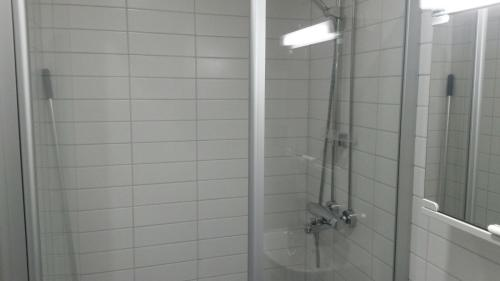 Kylpyhuone majoituspaikassa Asuntohotelli Huvikumpu