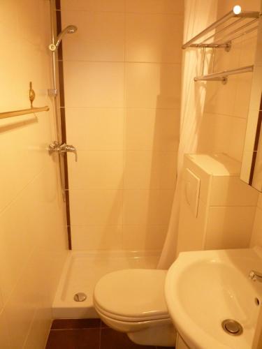 A bathroom at Studios Floreal