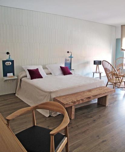 Cama ou camas em um quarto em Hotel Ayllon