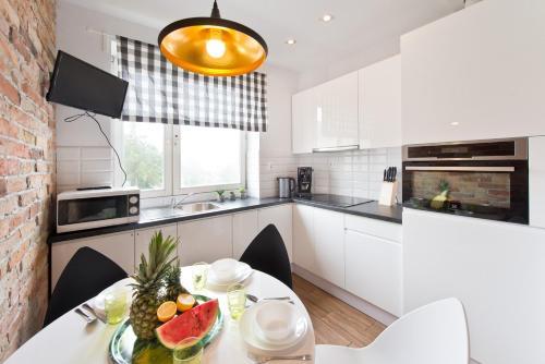 A kitchen or kitchenette at Apartament Kamienica Legionów