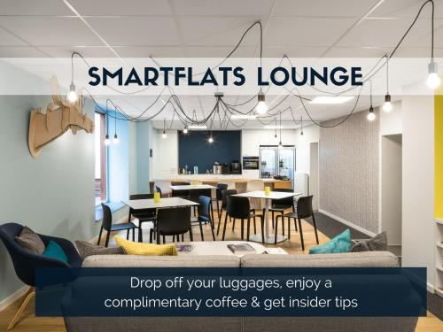 A restaurant or other place to eat at Smartflats City - Royal