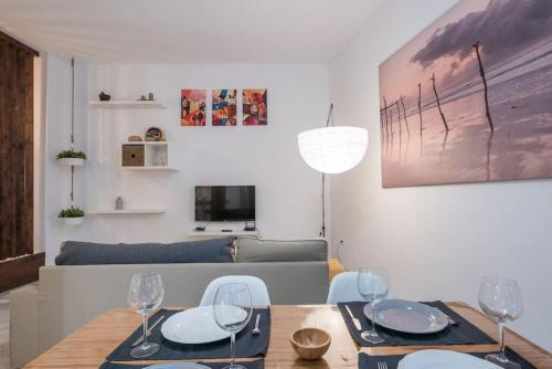 A restaurant or other place to eat at Rent&Dream Apartamento Calle Jinetes Malaga
