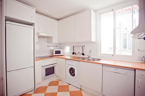 A kitchen or kitchenette at Madrid Central Suites