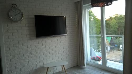 A television and/or entertainment center at Apartamenty Dziwnówek