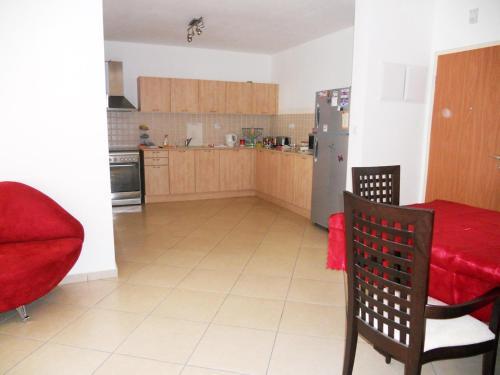 A kitchen or kitchenette at Modern Marina Exodus BEACHFRONT