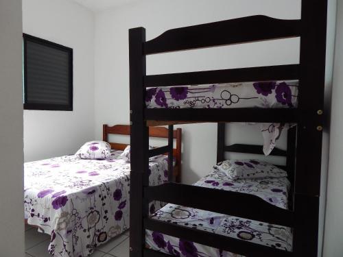 Uma ou mais camas em beliche em um quarto em Residencial Villa Nova