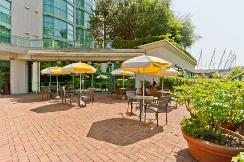 A restaurant or other place to eat at Rosedale on Robson Suite Hotel