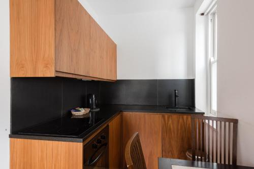 A kitchen or kitchenette at Presidential Apartments Kensington