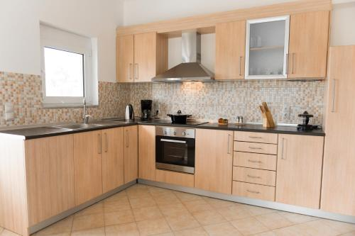 A kitchen or kitchenette at The Oak Tree House