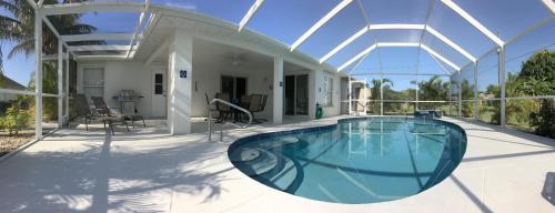 Der Swimmingpool an oder in der Nähe von Villa Dolphins House