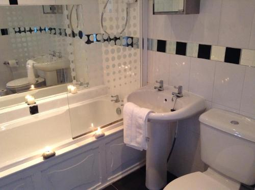 A bathroom at Frood Street Bungalow