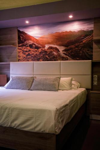 Tempat tidur dalam kamar di Hôtel La Rocade