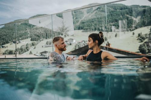 בריכת השחייה שנמצאת ב-Adler Resort או באזור