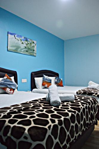 سرير أو أسرّة في غرفة في Hotel Seem Noor