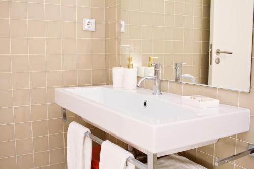 A bathroom at Golden Porto Cardosas Apartment